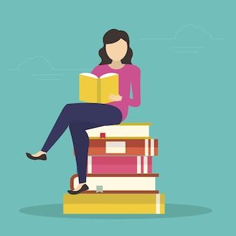 Donna che si siede in molti libri e leggendo un libro interessante