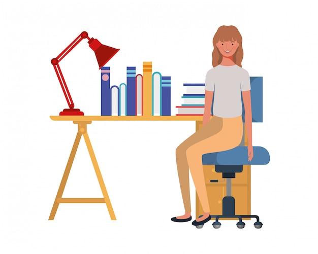 Donna che si siede nell'ufficio del lavoro con bianco