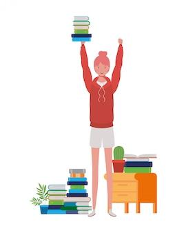 Donna che sta con lo scaffale per libri di legno e dei libri