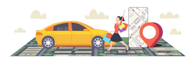 Donna che usando smartphone che ordina app mobile di navigazione del taxi con la posizione dei gps di posizione sull'orizzontale integrale di vista superiore di paesaggio urbano di concetto di car sharing della mappa della città