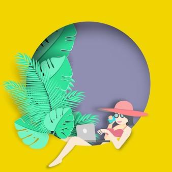 Donna che utilizza computer portatile su sfondo tropicale