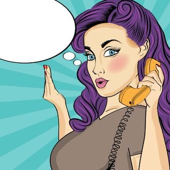 Donna comica con retro telefono