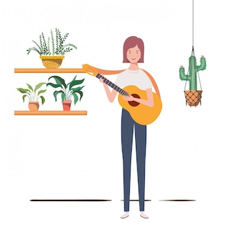 Donna con chitarra acustica e piante d'appartamento su grucce macramè