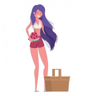 Donna con costume da bagno e porzione di anguria in mano