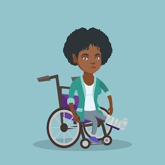 Donna con gamba rotta seduto su una sedia a rotelle.