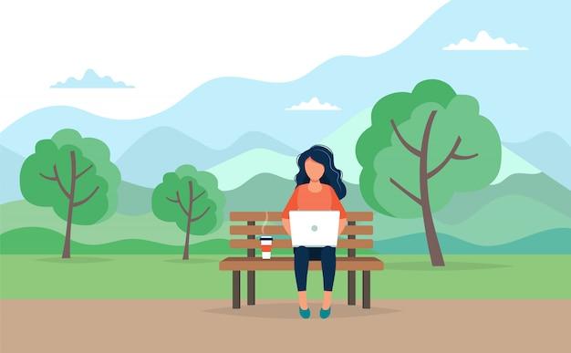 Donna con il computer portatile che si siede sul banco nel parco. illustrazione di concetto per freelance