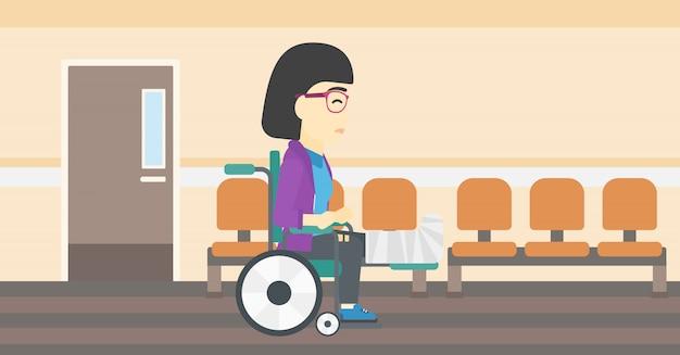 Donna con la gamba rotta che si siede in sedia a rotelle.