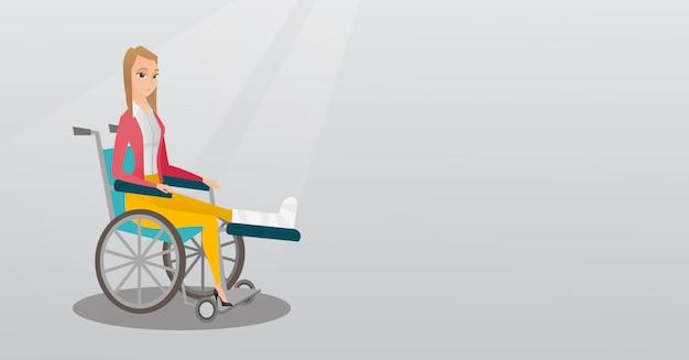 Donna con la gamba rotta che si siede in una sedia a rotelle.