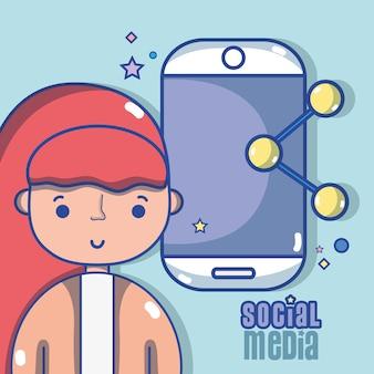 Donna con la tecnologia dei social media alla comunicazione