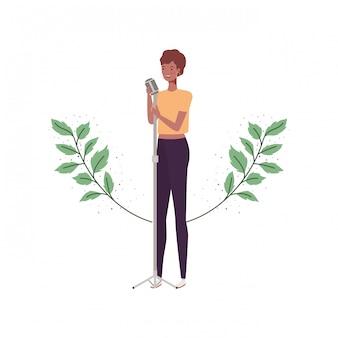 Donna con microfono e rami e foglie
