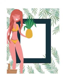 Donna con telaio in mano di costume da bagno e ananas