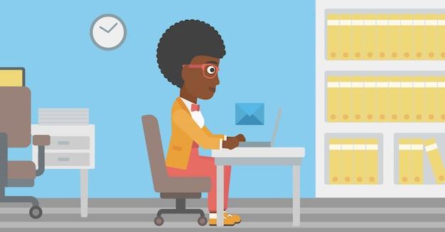 Donna d'affari che riceve o invia email.