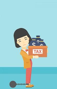 Donna d'affari incatenata con borse piene di tasse