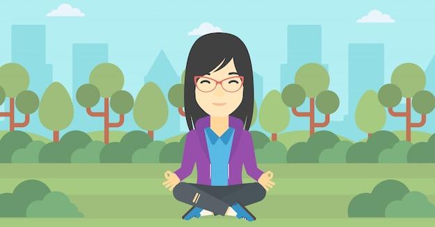 Donna d'affari meditando nella posizione del loto.