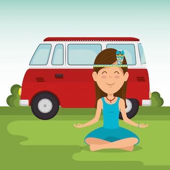 Donna del hippie nella posizione del loto con un furgone