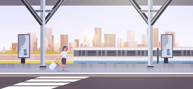 Donna di affari che corre per prendere la donna di affari del treno con bagagli sul paesaggio urbano femminile del personaggio dei cartoni animati di trasporto pubblico della città della stazione ferroviaria