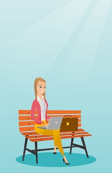 Donna di affari che lavora al computer portatile all'aperto.