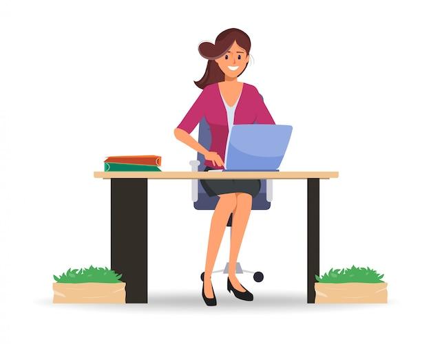 Donna di affari che lavora al computer portatile alla comunicazione online.