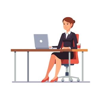 Donna di affari che lavora al suo scrigno pulito ufficio