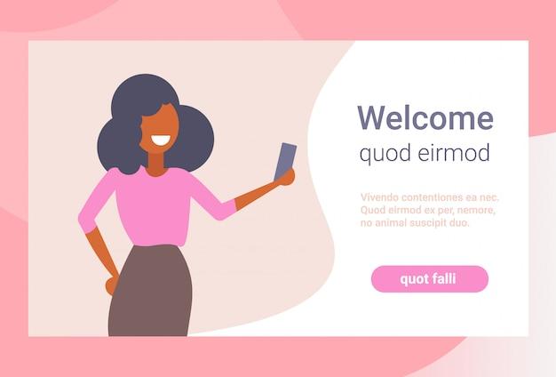 Donna di affari che prende la donna felice di affari della macchina fotografica dello smartphone della foto del selfie che usando lo spazio della copia isolato piano mobile del ritratto del personaggio dei cartoni animati dell'applicazione