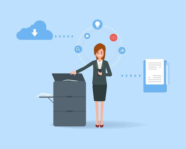 Donna di affari che usando una macchina della copiatrice