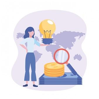 Donna di affari con l'idea della lampadina e monete e fatture