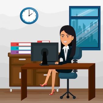 Donna di affari elegante nella scena dell'ufficio