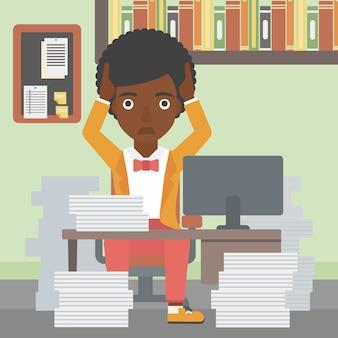 Donna di affari nella disperazione che si siede nell'ufficio