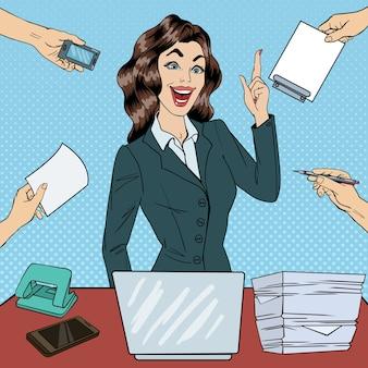 Donna di affari occupata pop art ha avuto un'idea al lavoro d'ufficio multi-tasking. illustrazione
