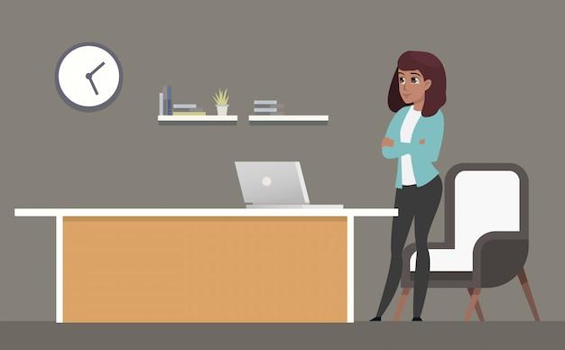 Donna di affari sicura che sta nel luogo di lavoro
