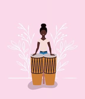 Donna di afro che gioca il carattere dei bonghi
