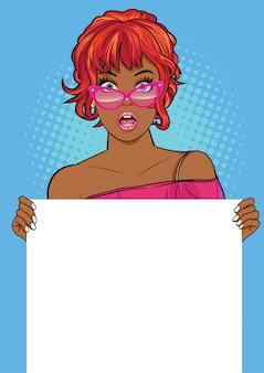 Donna di colore con gli occhiali che mostra un banner vuoto