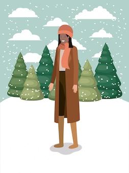 Donna di colore in snowscape con abiti invernali
