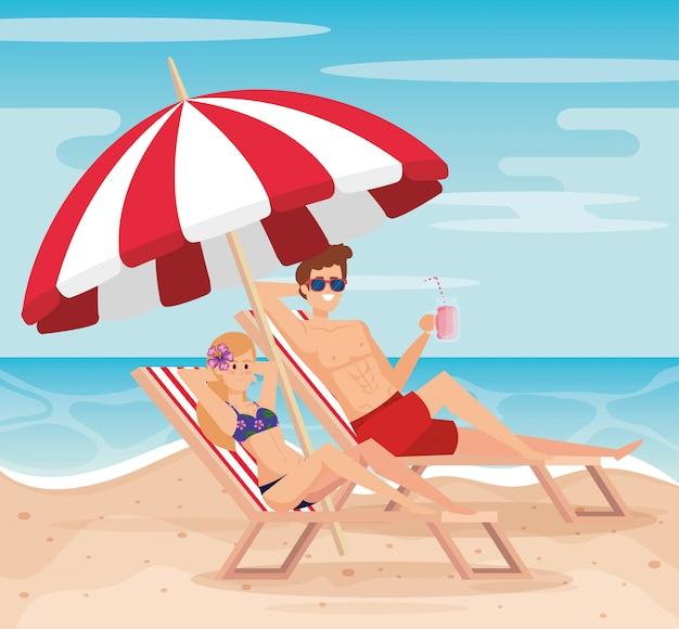 Donna e uomo che prende il sole nel salmerino con l'ombrello