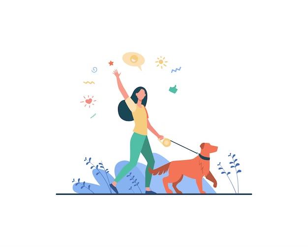 Donna felice senza volto che cammina con il cane nel parco