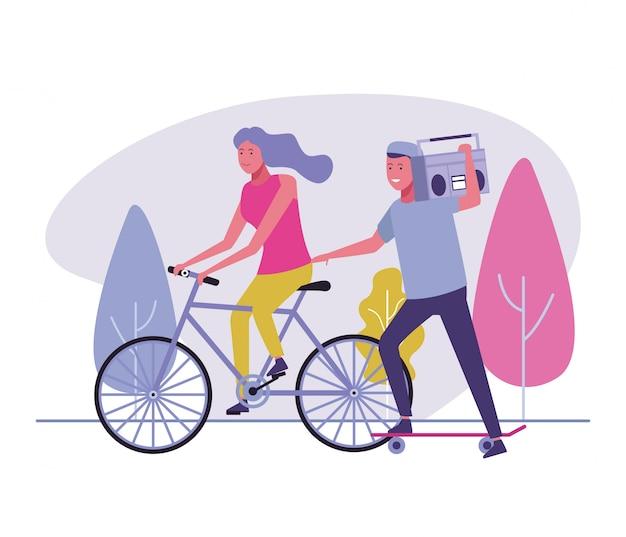 Donna in bicicletta e skateboard ragazzo con boombox
