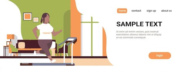 Donna in esecuzione sul tapis roulant ragazza che lavora concetto moderno salotto interno piano integrale