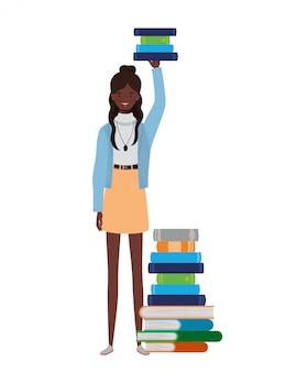 Donna in piedi con una pila di libri