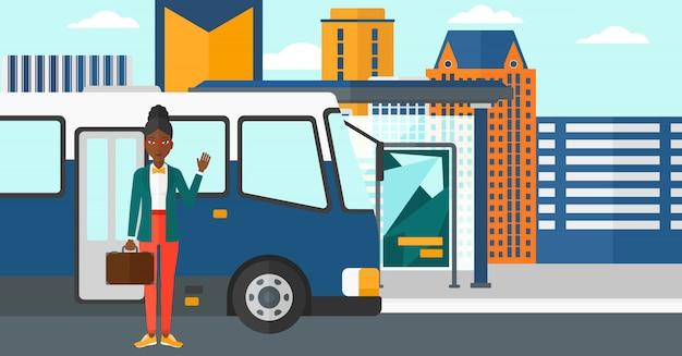 Donna in piedi vicino al bus