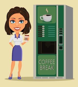 Donna in piedi vicino al distributore automatico di caffè