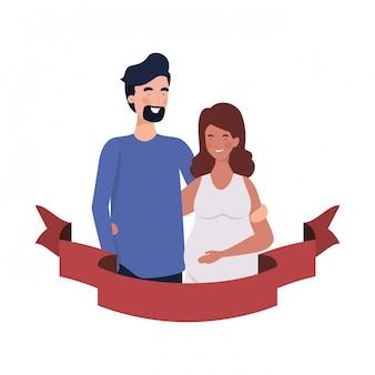 Donna incinta con il marito con nastro decorativo