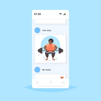 Donna obesa grassa sollevamento bilanciere sovrappeso ragazza afro-americana allenamento allenamento perdita di peso concetto smartphone schermo mobile app online