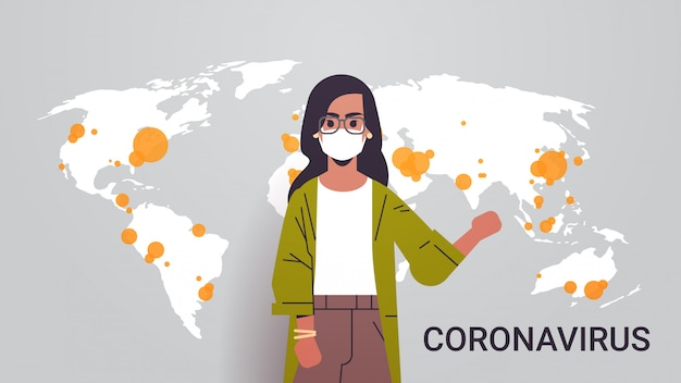 Donna reporter tv in maschera che mostra lo scoppio della mappa del mondo di pandemia di coronavirus epidemia di infezione diffusione paesi mers-cov con ritratto orizzontale covid-19