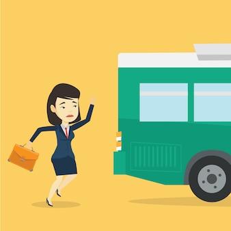 Donna ritardatario in corsa per l'autobus.