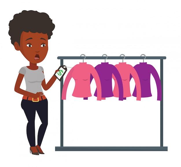 Donna scioccata dal prezzo nel negozio di abbigliamento.