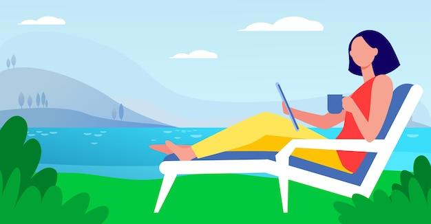 Donna seduta sulla sedia a sdraio in riva al lago. bere caffè, utilizzando tablet, lavorando all'aperto piatta illustrazione vettoriale. freelance, comunicazione