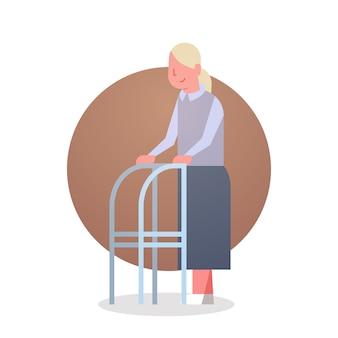 Donna senior con l'icona di lunghezza completa dell'icona femminile dei capelli grigi della nonna del bastone