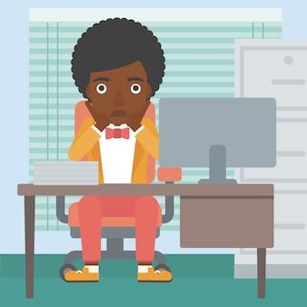 Donna stanca che si siede nell'ufficio