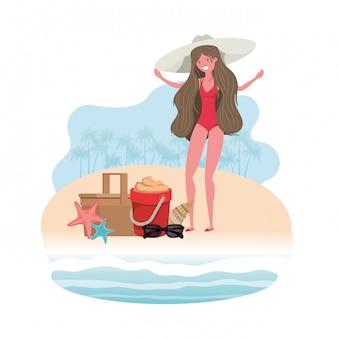 Donna sulla riva della spiaggia con secchio di sabbia