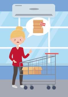 Donna triste con il carrello e la scatola vuoti, supermercato esaurito dello scaffale, acquisto in eccesso
